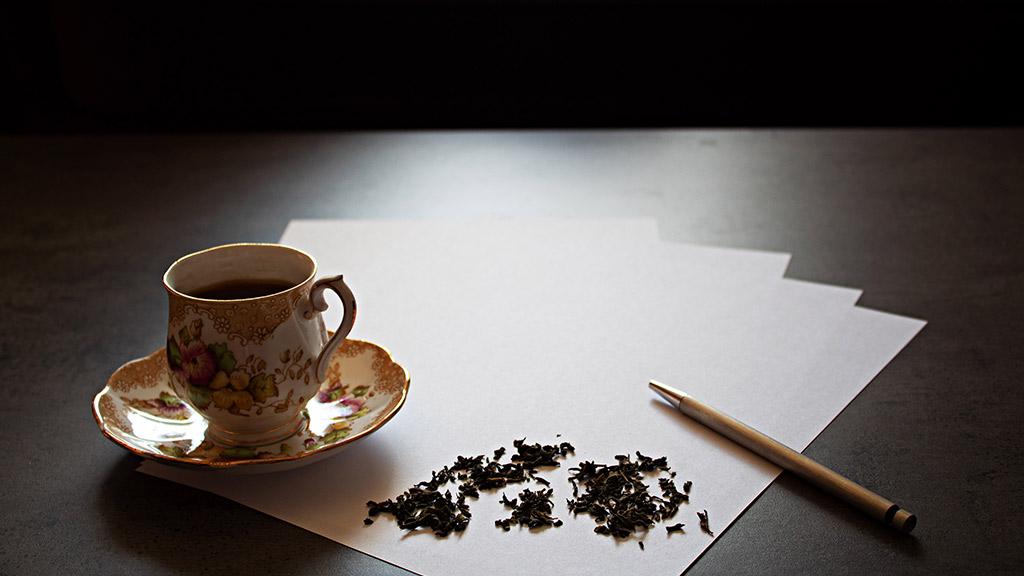 Leeres Blatt Papier, eine Tasse, ein Stif